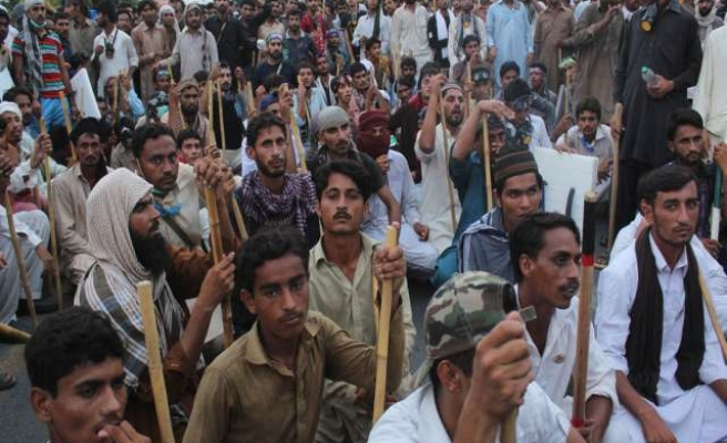 Nine dead in Pakistan clashes as police block rally