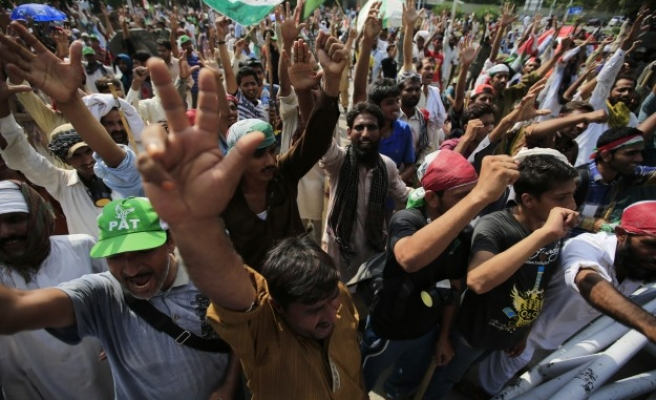 Pakistan protesters agree to talks with government -UPDATED