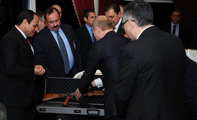 Putin gives Egypt's Sisi a Kalashnikov in Cairo