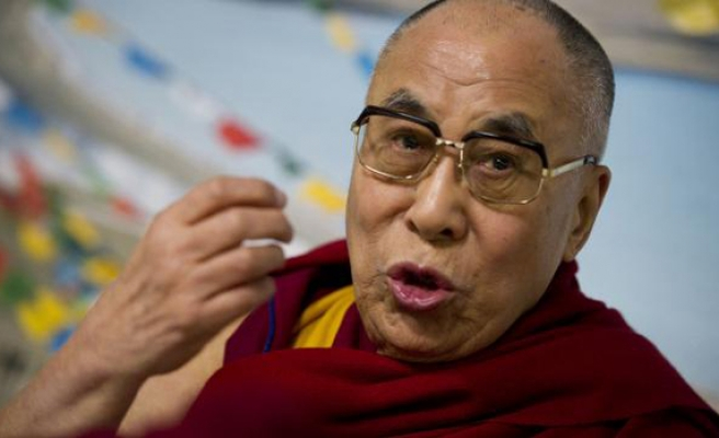 Dalai Lama reunited with guard who welcomed him to India