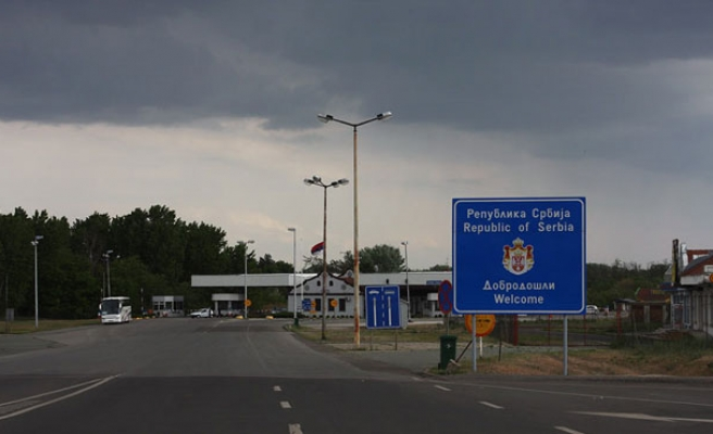 Serbia closes Macedonia border to refugees