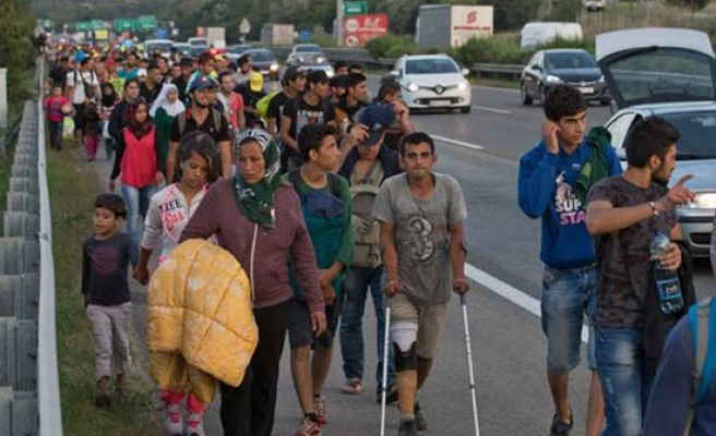 Refugees in 135km walk to reach Austrian border