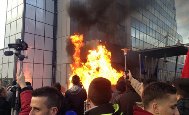 Protesters set Kosovo govt HQ on fire over Serbian deal