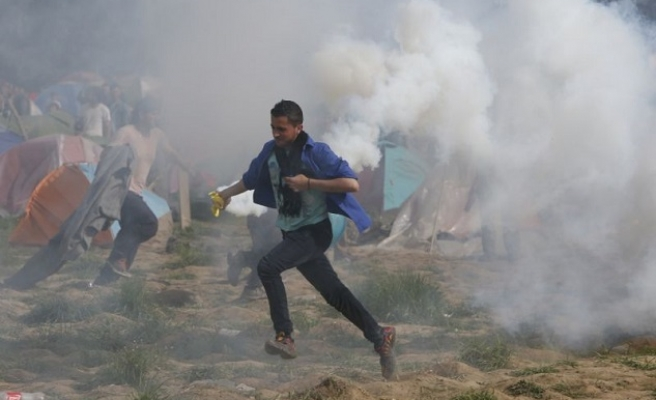 300 injured as Macedonian police fire on refugees