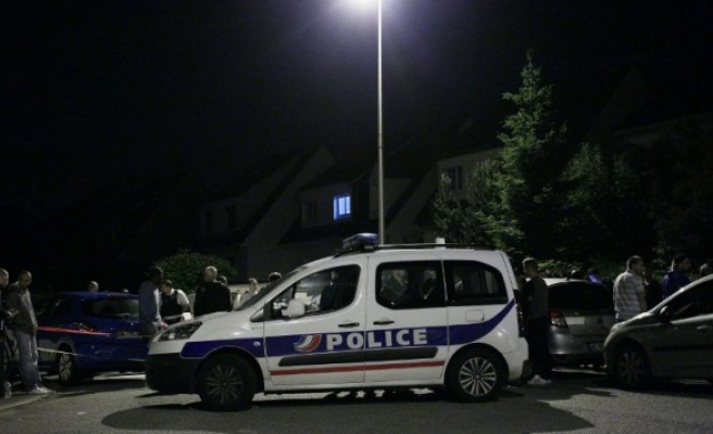 8 injured in shooting outside French mosque