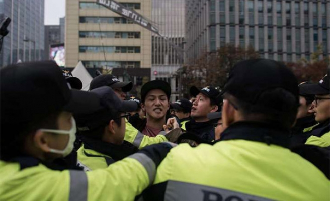 Huge protest urges S. Korea president to quit
