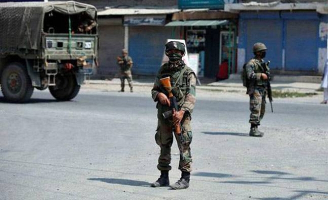 Militants kill Indian army major, 3 troops