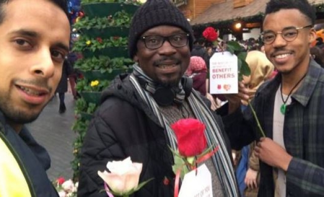 Young Muslims promote peace with roses in UK