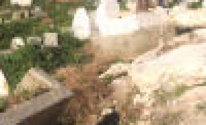 Hundreds of Palestinian protest cemetery defilement