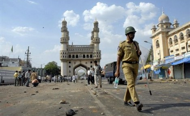 Indian PM condemns bomb blasts at mosque