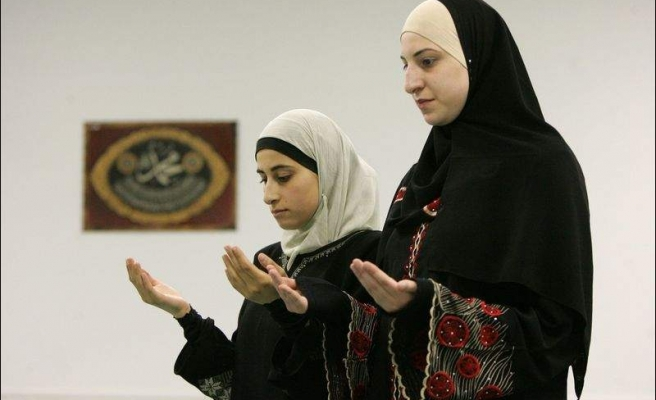 More US Muslim women defy stares and prejudice by wearing head scarves