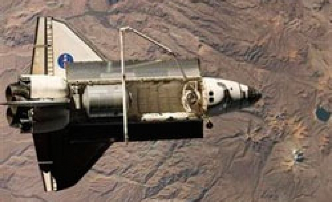 NASA space shuttle Discovery lands in Earth / PHOTO