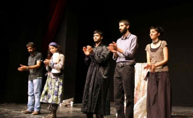 Turkey to stage Kurdish play in southeastern theatre