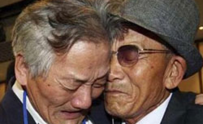 56-year separated Koreans reunite in tears / PHOTO