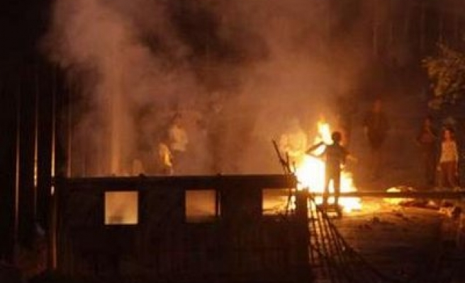 Algerians protest housing conditions, police clash / PHOTO