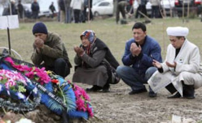 Kyrgyzstan's new rulers struggle to restore order in south