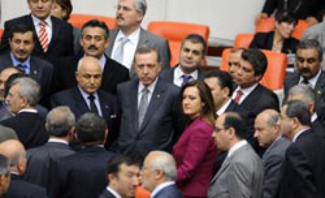 Turkey halts talks on reforms over holiday, 11 articles adopted