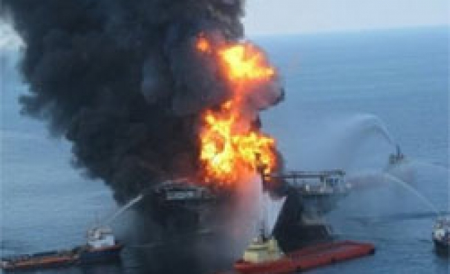 US says oil leaking from sunken rig