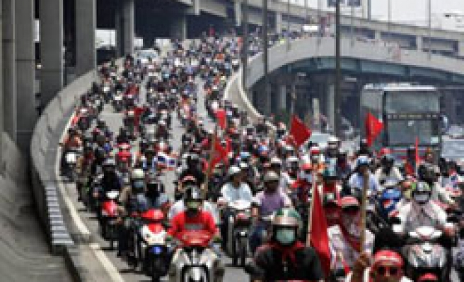 Thai govt in emergency meeting over Red Shirts