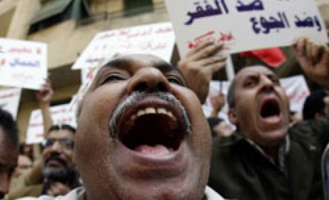 Egyptian police scuffle with protesters in Cairo