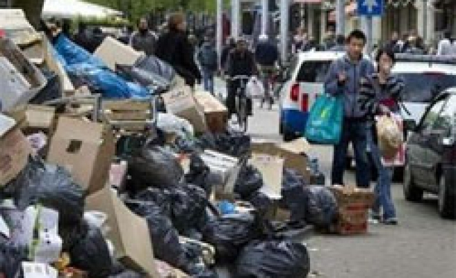 Dutch trash collectors agree to end strikes