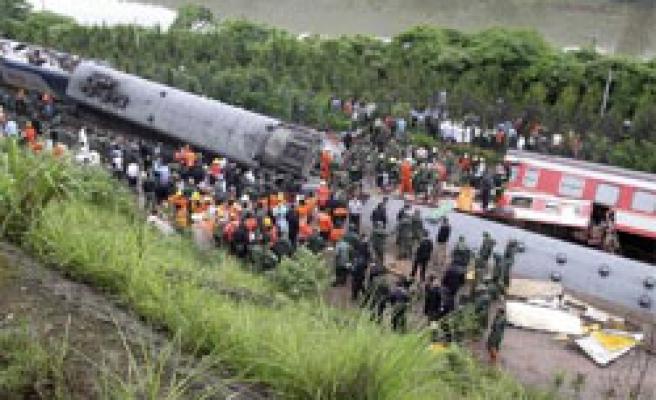 Train derails in storm-hit east China, many dead