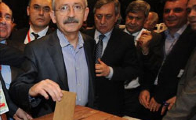 Turkish secularist party gets 'new' faces, sacking old guard