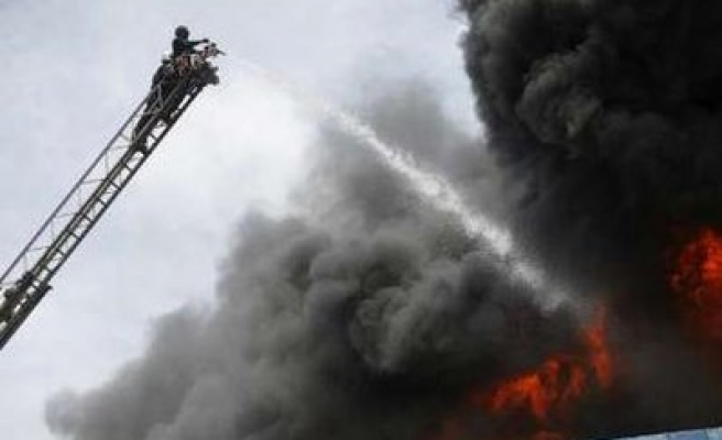 Firefighters fight to bring under control huge Myanmar fire / PHOTO