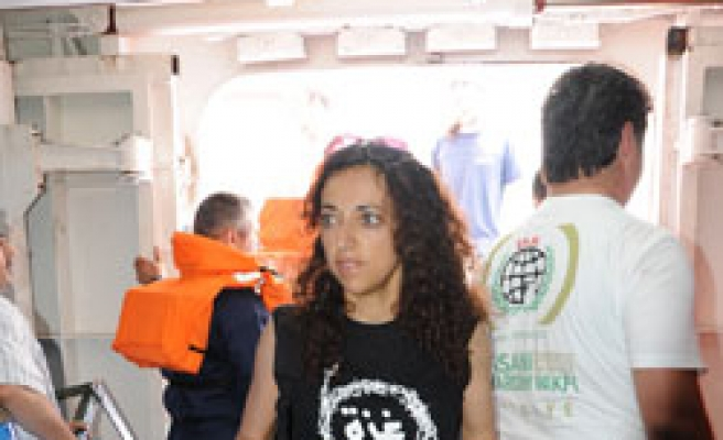 Turkish Gaza ship embraces Greek activists after technical failure