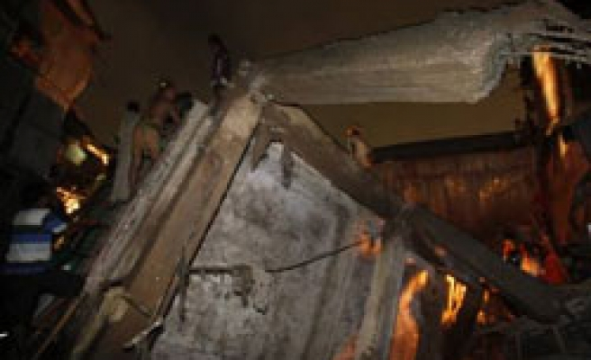 Deaths as Bangladesh building collapses