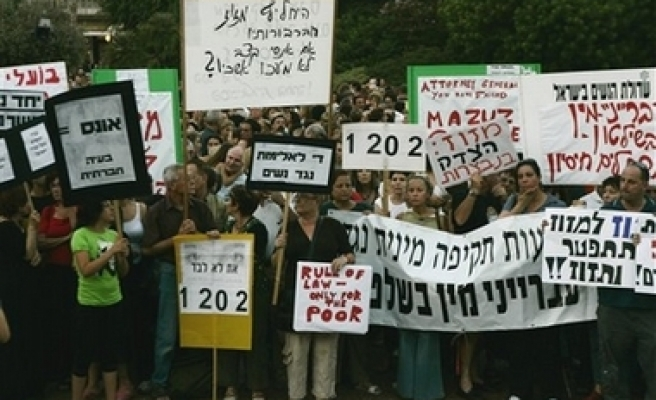 Israelis protest president's rape deal in court