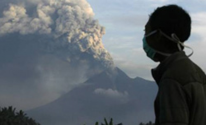 Airlines cancel flights to Bali as Indonesia volcano erupts