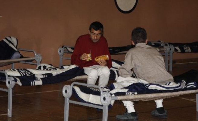 Cold snap hits Turkey, homeless moved to sport halls - PHOTO