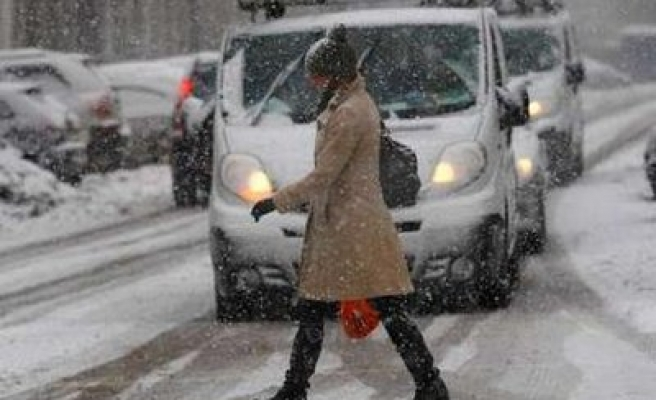Heavy snow causes nationwide disruption in UK