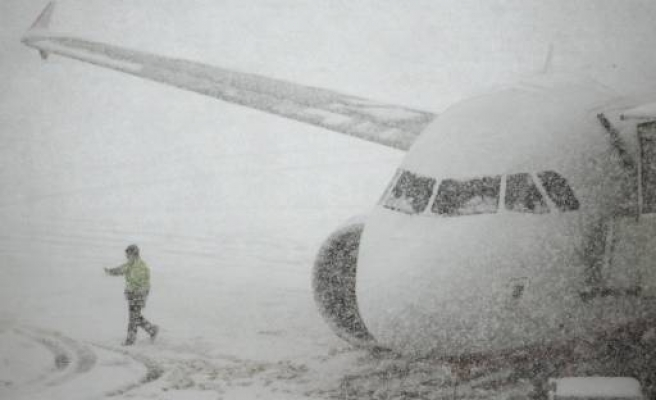 Snow causes pre-Christmas travel chaos in Europe/ PHOTO