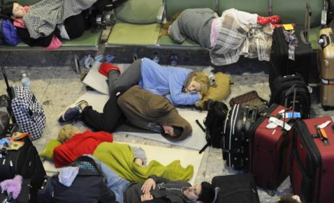 Britain mulls laws to fine airports after snow chaos