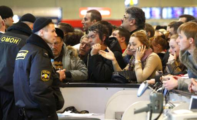 Ice, blackouts hit thousands at Moscow airports
