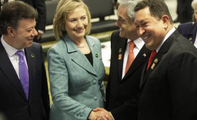 Chavez, Clinton shake hands, chat amid tensions