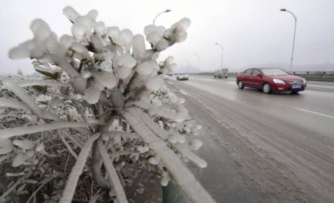 Harsh weather clogs roads in parts of southern China