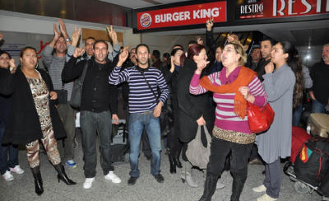 Turkey sends back Tunisians trapped at airport