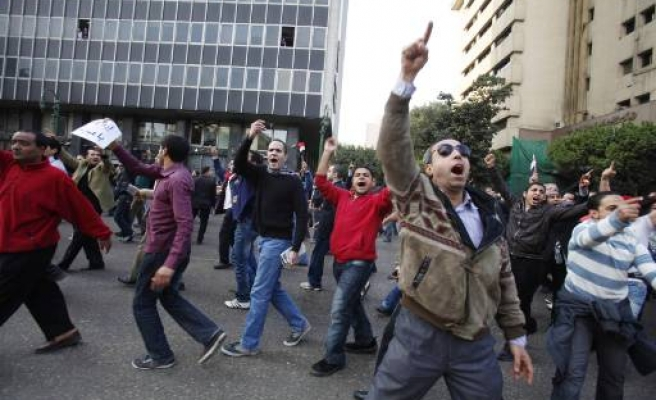 Egyptians defy curfew, call for Mubarak to go