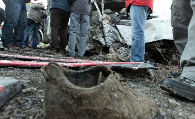 11 dead as minibus collides with truck in Turkish capital